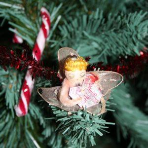 engeltje met boek in kerstboom