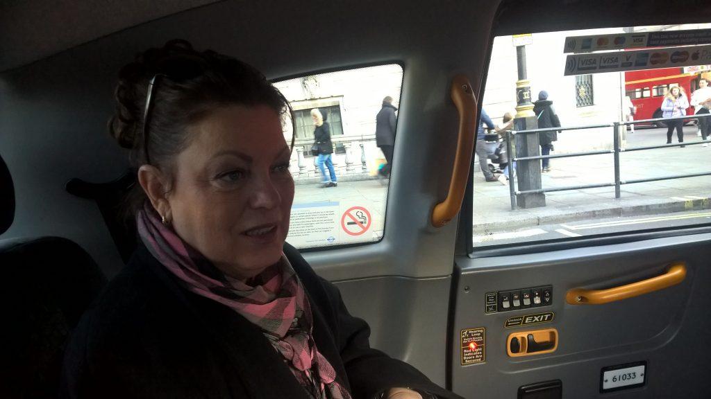 Mary-Rose in een Londense taxi onderweg voor een opdracht in Engeland voor een internationale multinational.