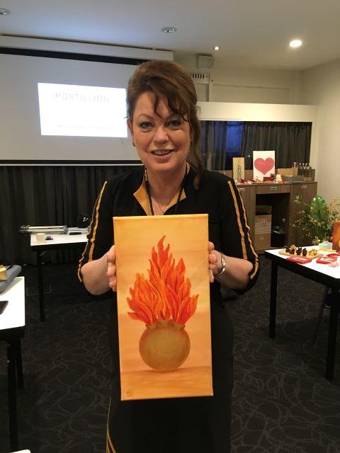 """Mary-Rose met het schilderij """"3 Flames"""" van Sylvia te Braake"""