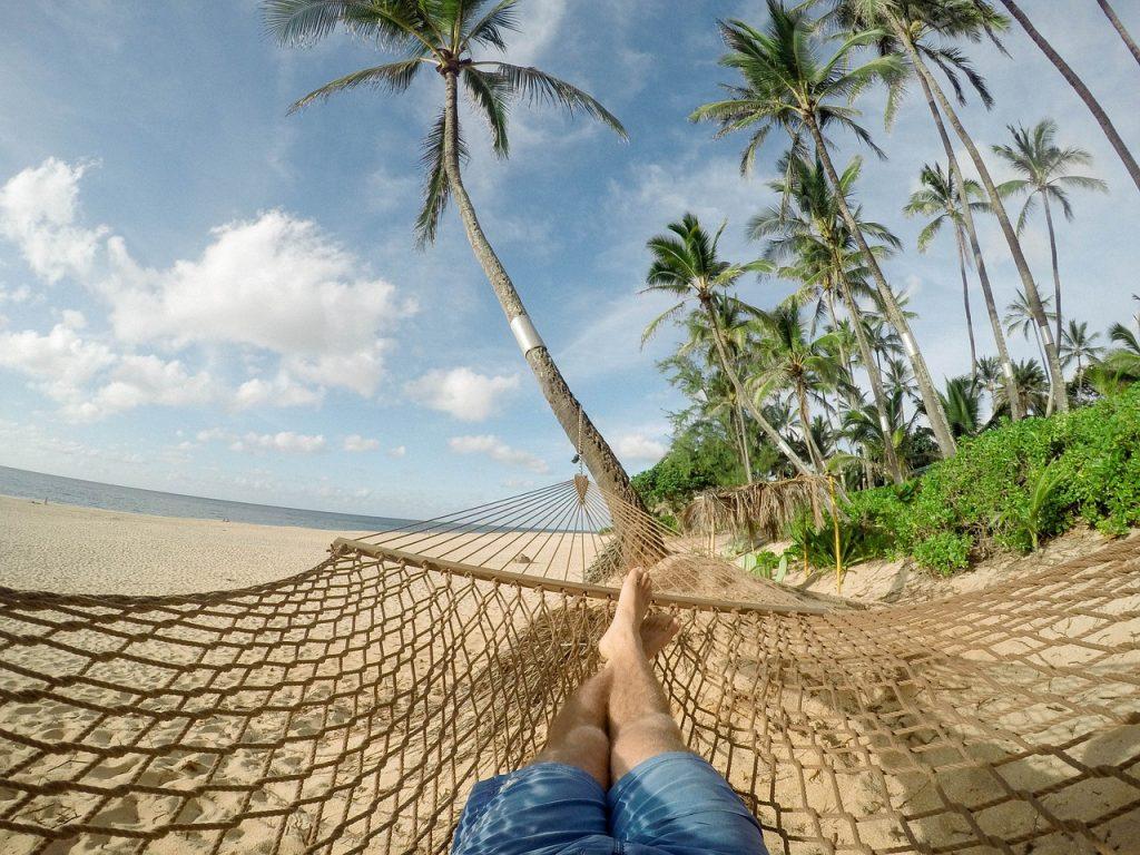 Liggend in een hangmat aan een strand met palmbomen is Feng Shui Timing ook belangrijk.